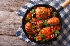 Цыпленок Cacciatori с грибами в лотке горизонтальное взгляд сверху стоковое изображение rf