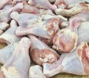Цыпленок Drumstick готовый для того чтобы ходить по магазинам в супермаркете стоковая фотография rf