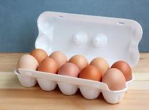 Цыпленок 10 eggs в белом пакете на таблице Стоковые Изображения RF