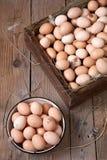 Цыпленок eggs в деревянной коробке и круглом контейнере стоковое фото rf