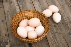 Цыпленок eggs на деревянном столе в плетеной корзине Стоковая Фотография