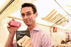 Цыпленок Palahniuk, автор романного клуба дракой, которое также сделало в художественный фильм, подписывает книги в улицах Барсело стоковые фотографии rf