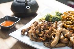 Цыпленок Teriyaki на белой плите стоковые изображения rf