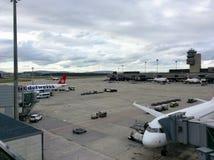 Цюрих-авиапорт ZRH, Швейцария, башня, паркуя самолет Edelweiss Стоковые Фотографии RF
