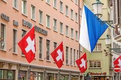 Цюрих, гостиница Storchen с флагами швейцарца и zuerich сигнализируют Стоковое Изображение RF