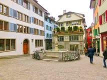 Цюрих, Швейцария - 2-ое мая 2017: Центр города Цюриха, Швейцарии Люди на предпосылке стоковое изображение rf