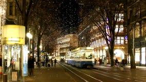 Цюрих, Швейцария - 28-ое ноября 2011 Взгляд вечера улицы перед рождеством акции видеоматериалы