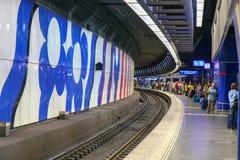 Цюрих, Швейцария, октябрь 2018 Пассажиры на платформе внутри стоковая фотография rf