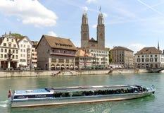 Цюрих, Швейцария - 3-ье июня 2017: Лодка на Limmatquai a стоковое изображение rf