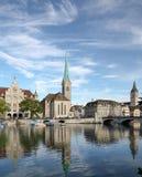 Цюрих, Stadthaus, дама Монастырская церковь и церковь St Peter стоковые изображения
