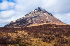 Чабан Etive: Красивый pyramidal пик Mor Buachaille Etive в гористых местностях Шотландии стоковое фото rf