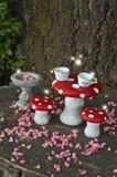 Чаепитие в лесе с феями на красных грибах Стоковая Фотография