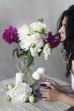 Чаепитие с пионами Стоковое Изображение RF