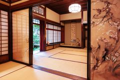 Чайная комната с покрашенными дверями с защитной сеткой в доме самурая Nomura в Kanazawa, Японии стоковая фотография rf