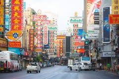 Чайна-таун, Бангкок, Таиланд - 26-ое марта 2017: Занятое движение с покрашенной афишей в дороге Yaowarat, известной улице Чайна-т стоковое фото rf