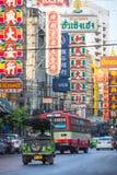 Чайна-таун, Бангкок, Таиланд - 26-ое марта 2017: Занятое движение с покрашенной афишей в дороге Yaowarat, известной улице Чайна-т стоковые фото