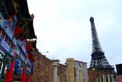 Чайна-таун и Eiffel стоковые фото