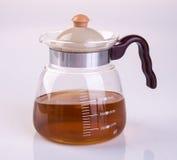 Чайник бака или стекла чая с чаем на предпосылке Стоковая Фотография