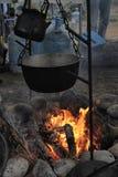 Чайник и бак на огне стоковые изображения