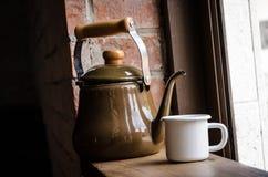 Чайник и белая чашка Стоковое Изображение RF