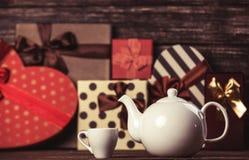 Чайник и подарки стоковые изображения