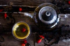 Чайник и чашек чаю стоковое изображение