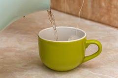 Чайник и чашка чаю дома Стоковая Фотография RF