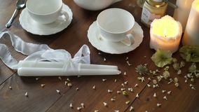 Чайник и чашки на таблице акции видеоматериалы