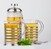 Чайник и чашки с мятой Стоковые Фотографии RF