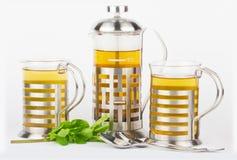 Чайник и чашки с мятой Стоковые Изображения