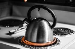 Чайник кипя в черно-белом стоковые фотографии rf