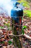 Чайник кипя на шведской плите Стоковая Фотография