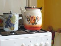 Чайник на белой газовой плите сток-видео