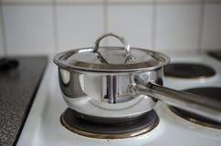 Чайник на плите стоковое изображение