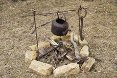 чайник пожара старый раскрывает над ржавым Стоковое Изображение