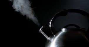 Чайник свистя, кипя чайник, пар, на черноте Стоковое Изображение RF