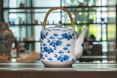 Чайник с картиной в китайском стиле Стоковая Фотография