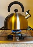 Чайник Stovetop свистя Стоковая Фотография