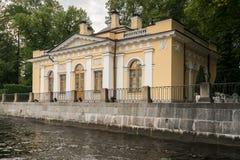 Чайный домик в саде лета в Санкт-Петербурге, России Стоковое фото RF