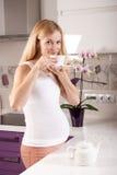 Чай беременной женщины выпивая Стоковые Изображения RF