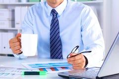 Чай бизнесмена выпивая на таблице в офисе Стоковые Фотографии RF