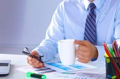 Чай бизнесмена выпивая на таблице в офисе Стоковые Изображения RF