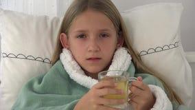Чай больного ребенка выпивая, больной ребенк в кровати, страдая девушка, пациент в больнице видеоматериал