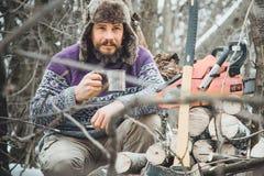 Чай бородатого человека выпивая в лесе Стоковые Фотографии RF