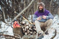 Чай бородатого человека выпивая в лесе Стоковые Изображения