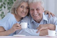 Чай возмужалых пар выпивая Стоковые Изображения