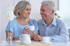Чай возмужалых пар выпивая Стоковые Фото