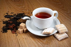 Чай в белой кружке с циннамоном и кардамоном Стоковое Фото