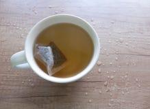 Чай в белой чашке гончарни стоковые фотографии rf