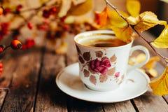 Чай в деревенском шикарном стиле женщина чая партии пить ослабляя Зеленый чай в чашке Стоковое Фото